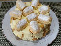 4 - Au moment de servir, démouler la charlotte, et décorer avec des moitiés de biscuits à la cuillère sur le dessus, des quartiers de mandarines et finir en parsemant de copeaux de pralinoise (ou chocolat au choix). Déguster aussitôt !