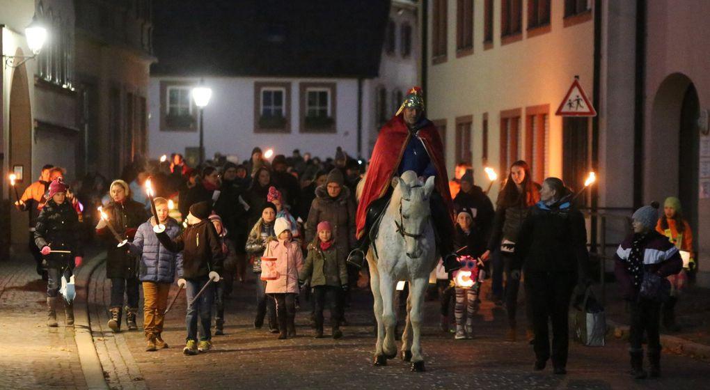Es war ein langer Zug von  Eltern mit ihren Kindern, die allesamt selbstgebastelte bunte Lampions trugen. Der Weg führte vom Rathaushof über den Kirchplatz zur Oberen Maingasse, Mainlände und Untere Maingasse zurück zum Rathaushof.