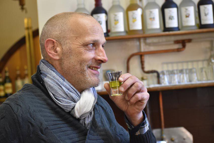 François-Laurent Vitrac se familiarise aux saveurs de la distillerie Guy. Ph. Anthony Rivat.
