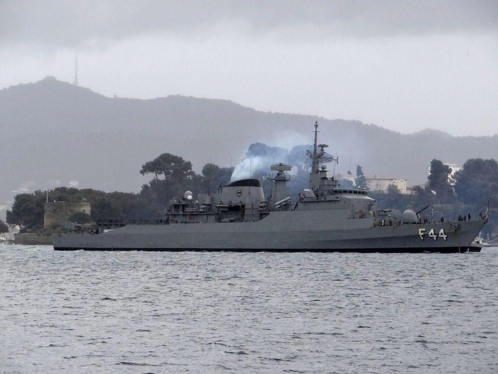 INDEPENCIA   F44 , frégate de la marine brésilienne arrivant à Toulon sous un ciel couvert et la pluie le 27 février 2016