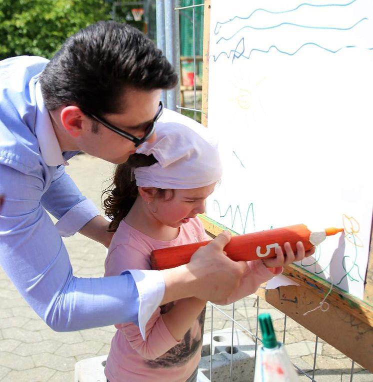 Gar nicht so einfach war es für die ganz Kleinen mit den riesigen Farbstiften ein Bild zu malen. Da musste der Papa schon mal unterstützend die Hand führen.
