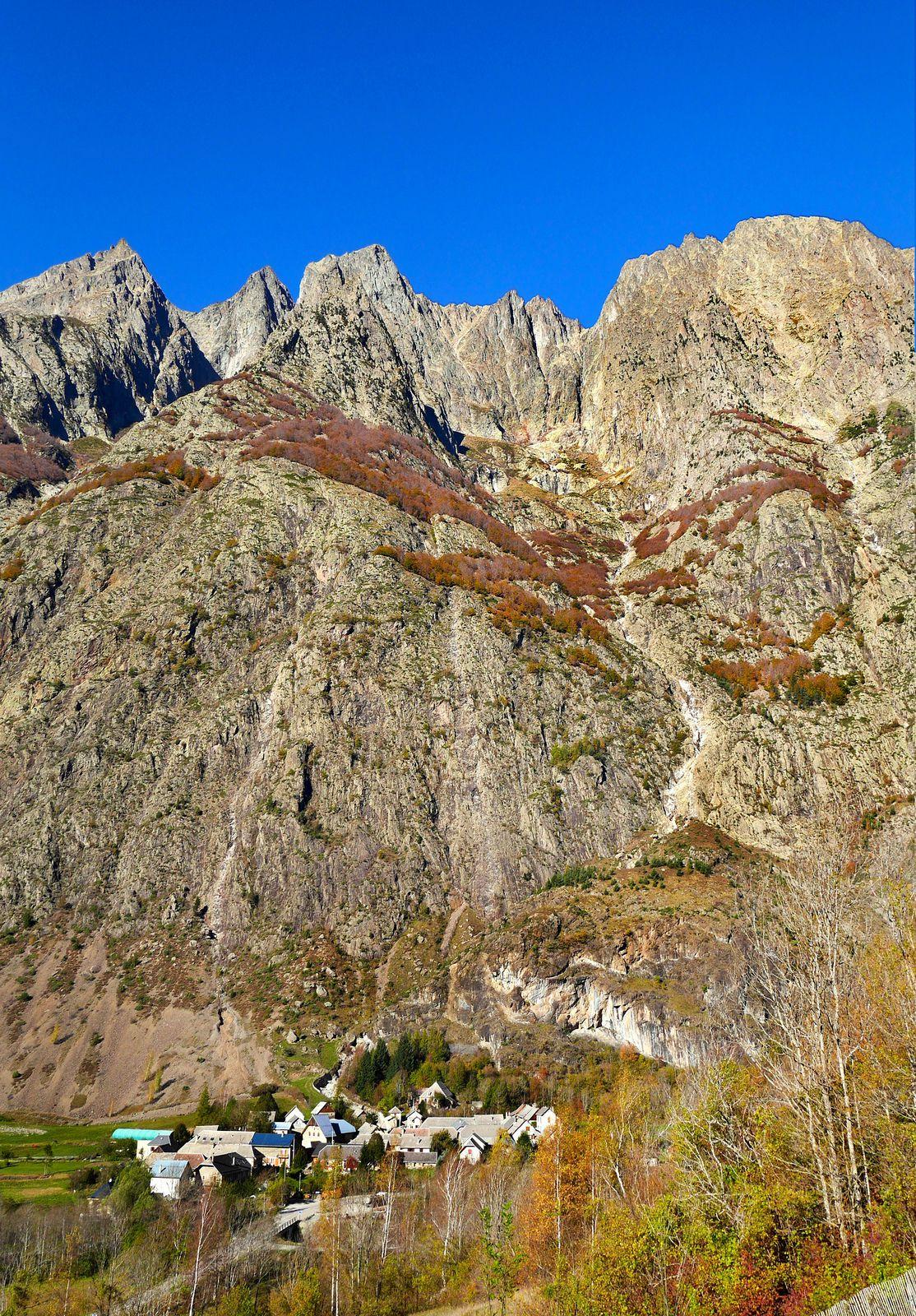 Au-dessus du hameau de la Chalp, le vallon du Rochier, haut de 1800 m (voir tracé de l'itinéraire sur la photo suivante).