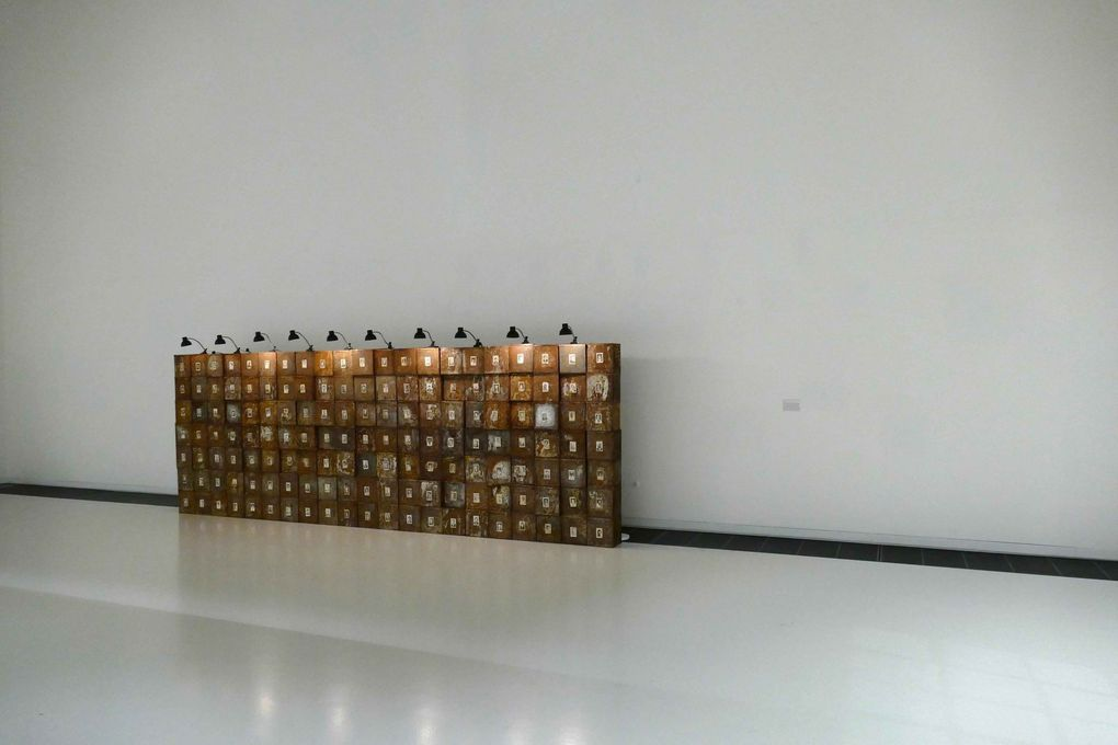 Le grand murs des Suisses morts Christhian Boltanski 1990 .