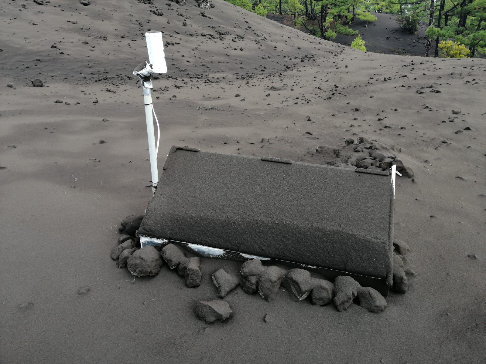 La Palma - ash accumulation on the solar panels of IGNes monitoring stations, requiring constant maintenance - photo Itahiza 26.09.2021