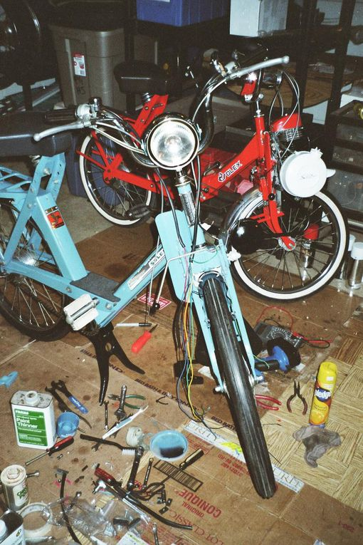 Photos of the rebuilding of Carlo's blue 1975 4600 V2. Photos du restauration du 4600 V2 bleu de 1975 de Carlo. Brooklyn, New York