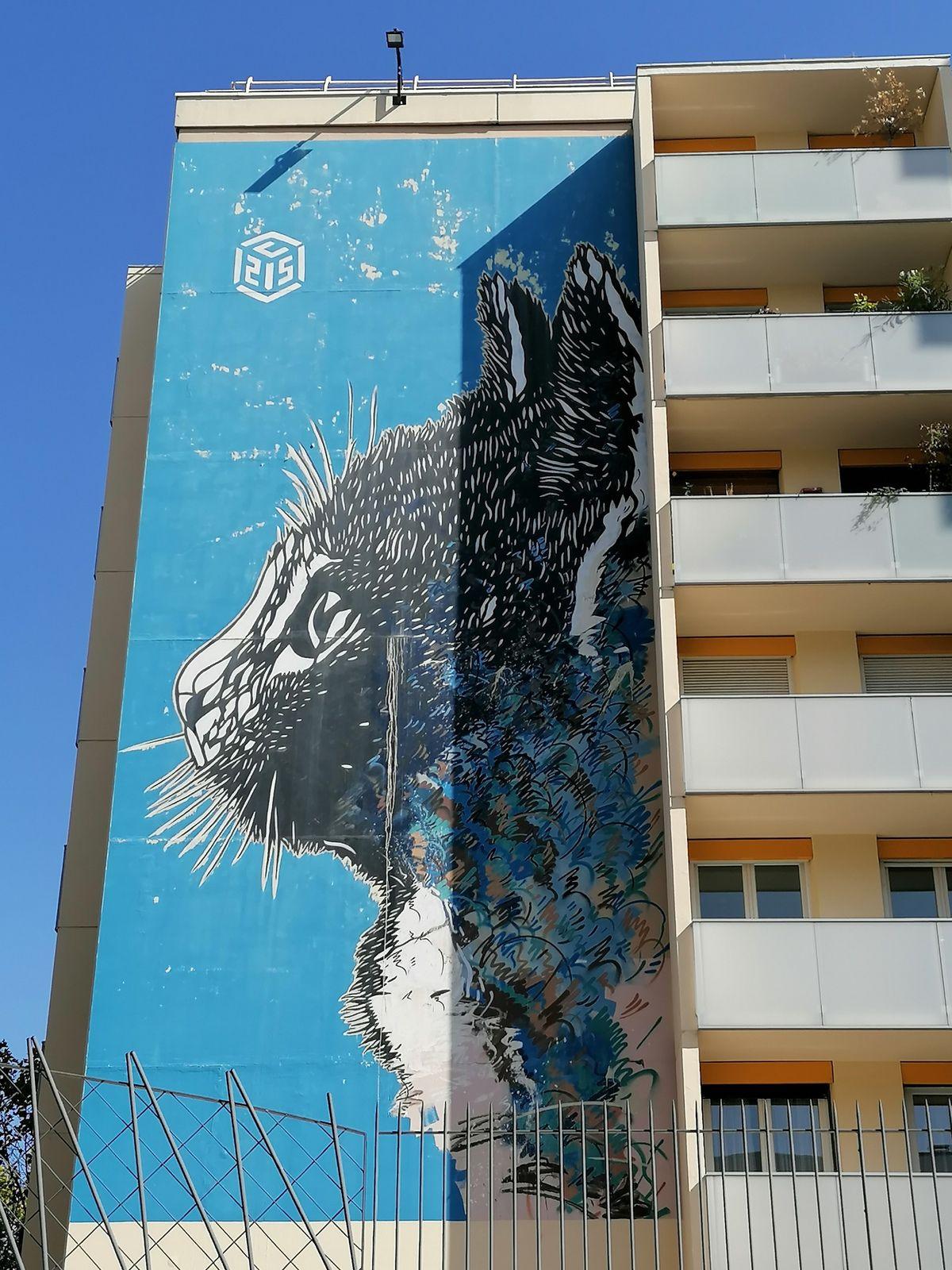 Le chat bleu, de Christian Guémy : « Je voulais que ce chat devienne le chat du quartier. Je voulais que les gens soient heureux de le voir depuis le métro, qu'ils l'aiment. J'espère que bientôt les gens diront : retrouvons nous au chat ! »