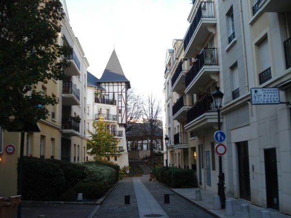 Guy et Jacqueline MOUROT sont allés au Plessis Robinson qui a obtenu un 1er prix européen pour la qualité et ses formes d'urbanismes. Notre contribution est de présenter la variété et la diversité des formes d'urbanismes de ce nouveau quartier