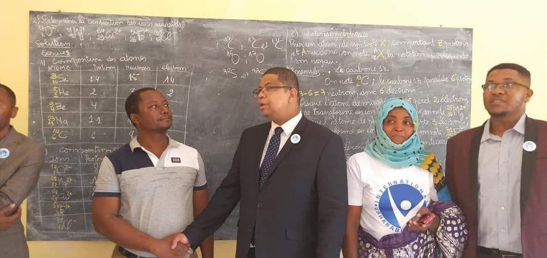 Visite de terrain du Président de l' ONG USHABABI WA MESO INTERNATIONAL ( Jeunesse & Avenir) dans une classe  d' école  d'excellence à Mutsamudu Anjouan Comores  (Lycée de Mutsamudu).*
