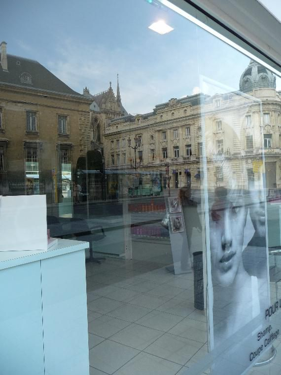 Quand la ville se reflète insolite dans les vitrines,  Ô verre miraculeux de quelle magie et de quel mirage n'es-tu pas capable ?