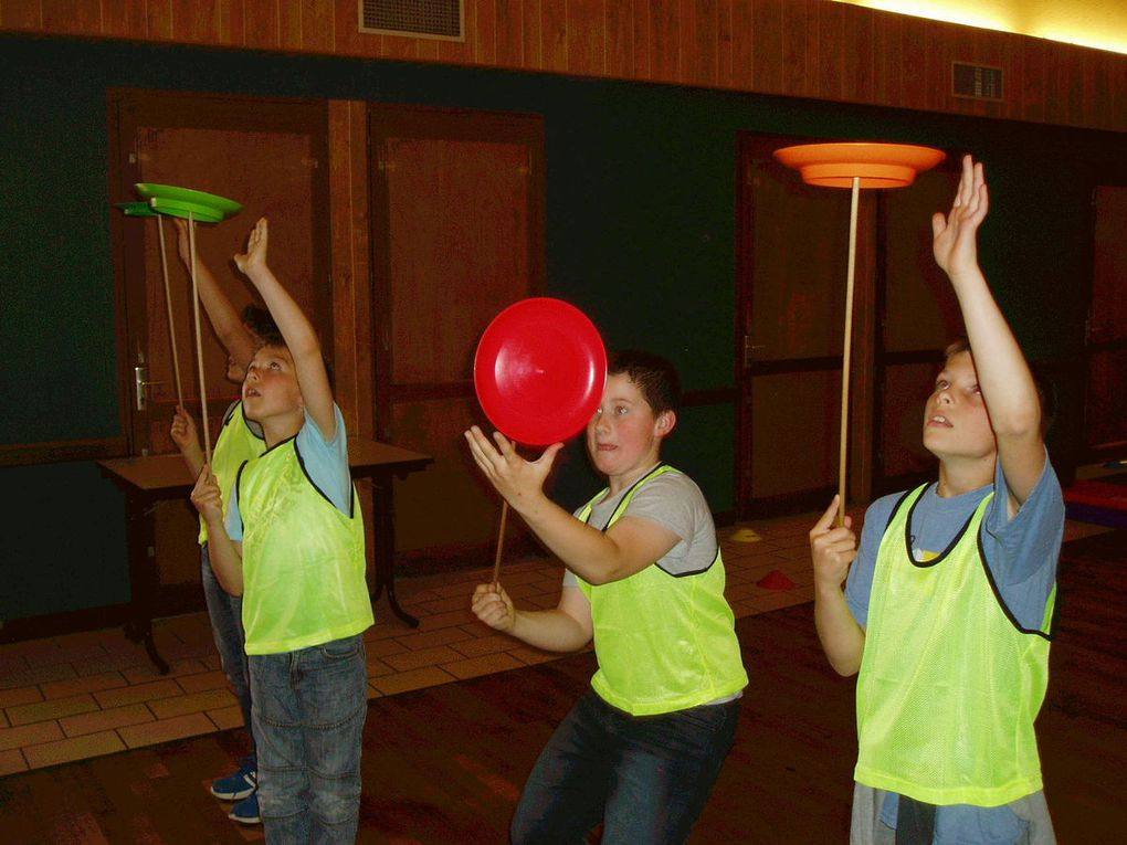 Pas facile de faire tourner les assiettes et de jongler avec les diabolos !!!