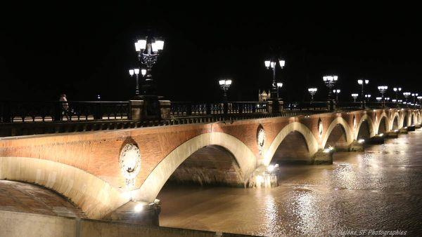 Le pont de pierre illuminé
