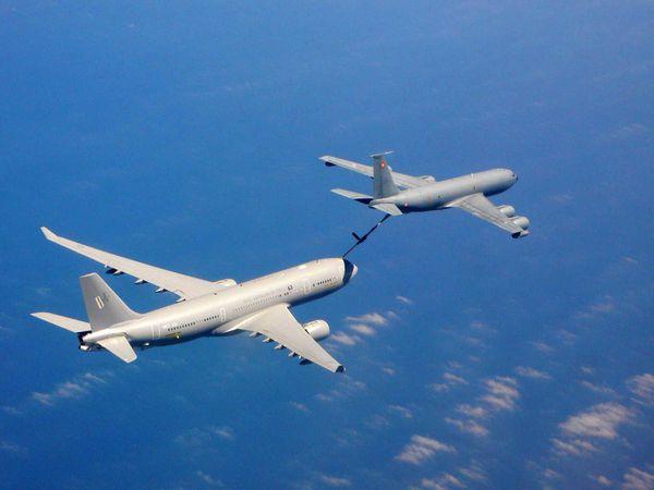 Photo : (c) AD&S - Un C-135 français ravitaille un A330 en vol. La différence de taille entre les deux appareils est ici clairement visible.
