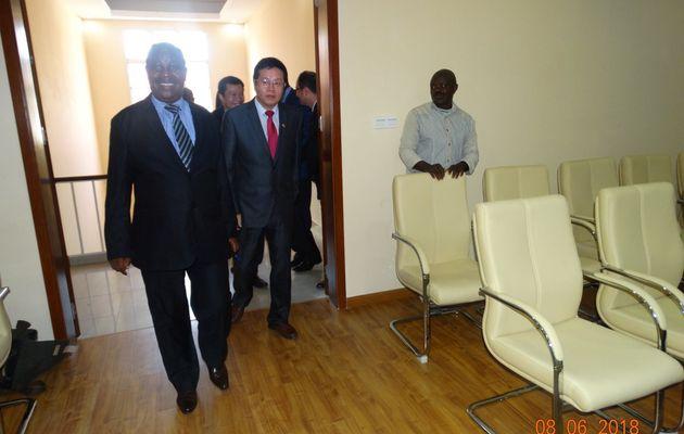 Remise et réception d'une salle de conférence réhabilitée et équipée par le ministère chinois des Affaires étrangères