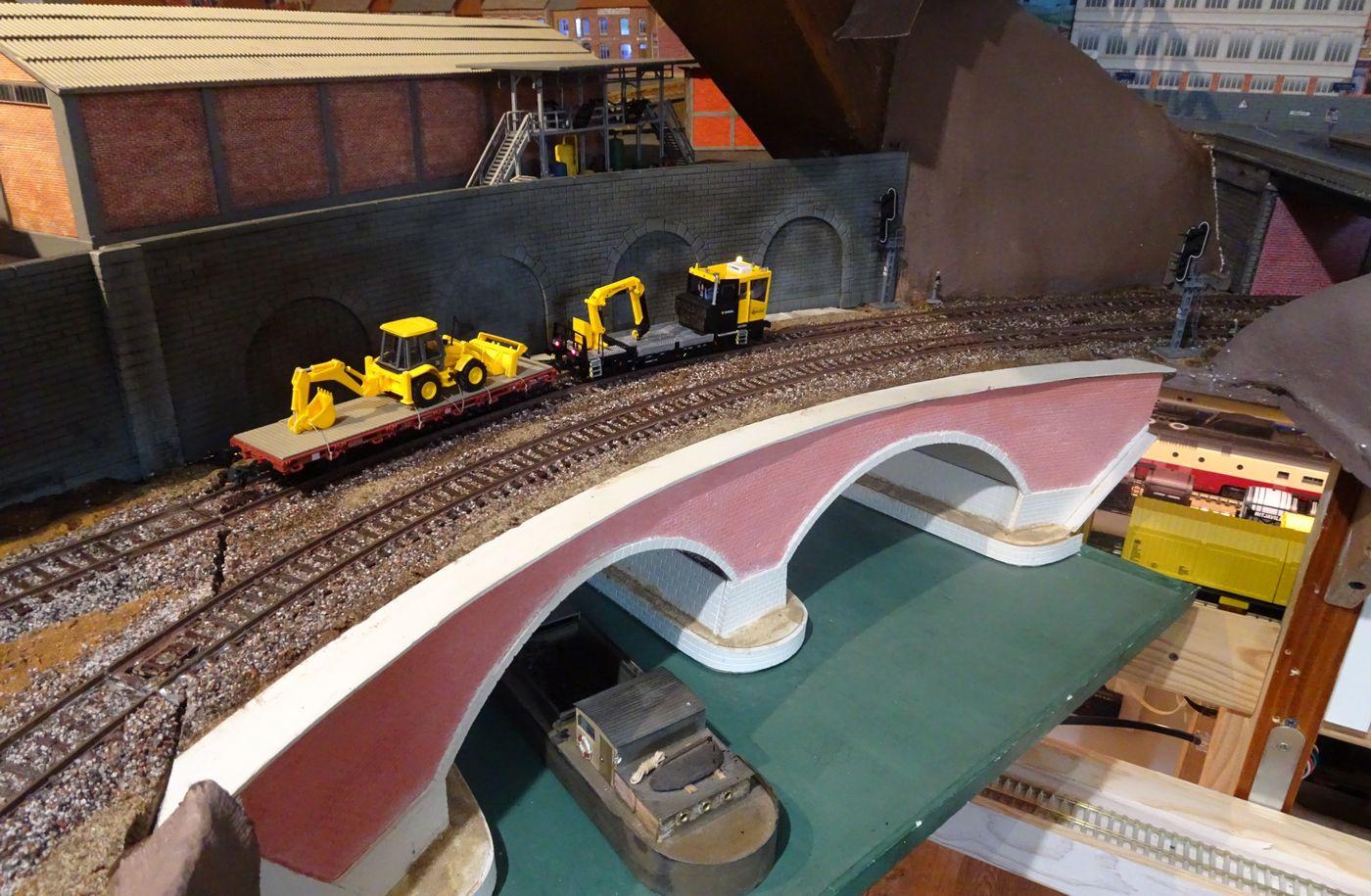 Construction d'un pont ferroviaire à 2 arches en PVC (Forex)