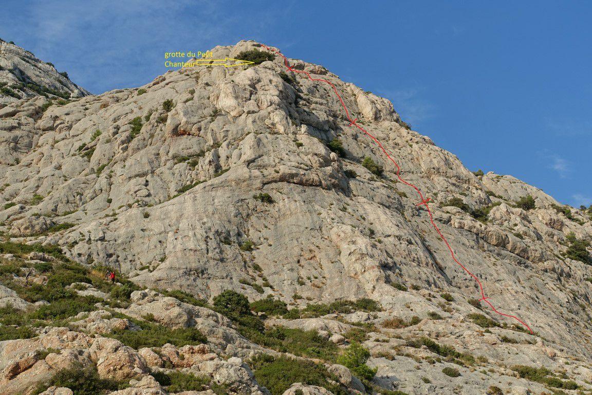 """tracé approximatif de la voie """"collector""""  avec ses relais et localisation de la grotte du petit chanteur"""