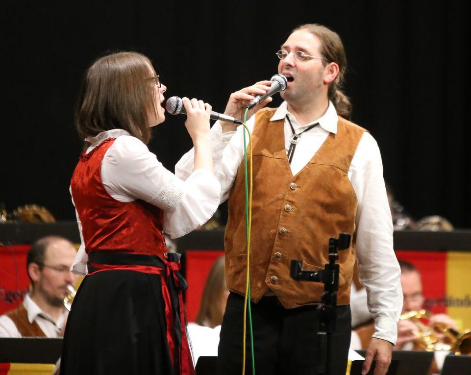"""Gemeinsam mit Stephanie Herold bildet der Dirigent auch das Gesangsduo, um gefühlvollen Melodien wie die Liebeslied-Polka """"Vier Worte nur"""" von Franko Linarek oder den Walzer """"Ich bin verliebt in deine schönen Augen"""" von Karel Neoproud und die Polka """"In deinen Armen"""" mit der richtigen Gesangsnote zu untermalen."""