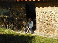 Nôtre bungalow, l'école, Xavier qui nous prépare nos repas à la chandelle