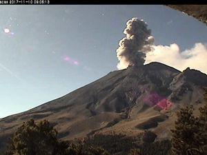 Popocatépetl - explosions of 10.11.2017 at 7:36 and 9:05 - one click to enlarge - webcam Tlamacas / Cenapred