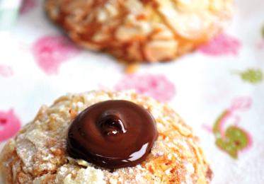 Biscuits aux amandes effilées, fourrés au chocolat!