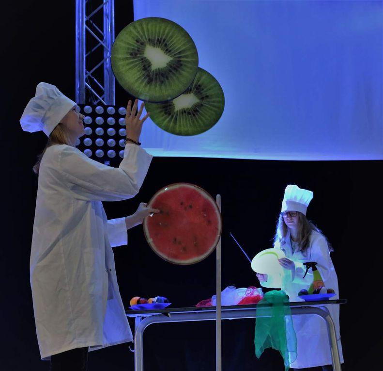 ebenso auch die beiden Köchinnen aus der Achten bei ihrer turbulenten Darbietung.