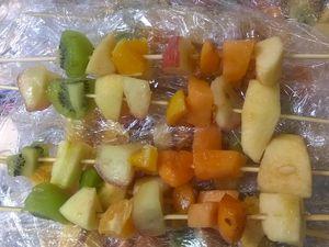 Centre Curie mat. groupe 5 - marché brochettes de fruits - 23 juillet