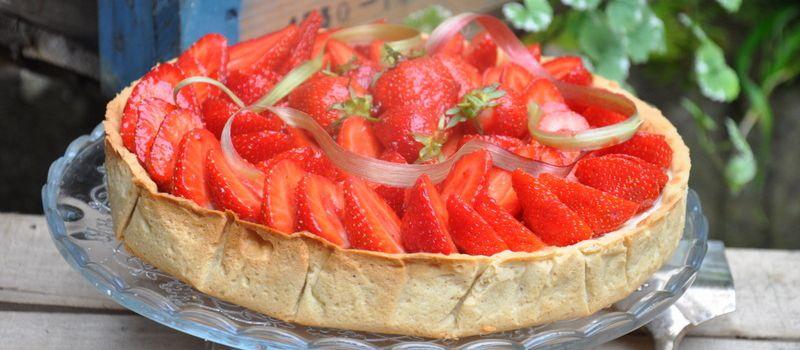Tarte aux fraises, confit de rhubarbe et sablé épeautre-noisette