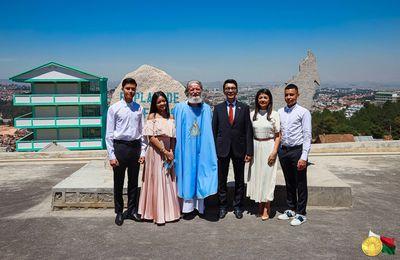 La famille présidentielle Rajoelina célèbre Noël à Akamasoa avec le père Pedro