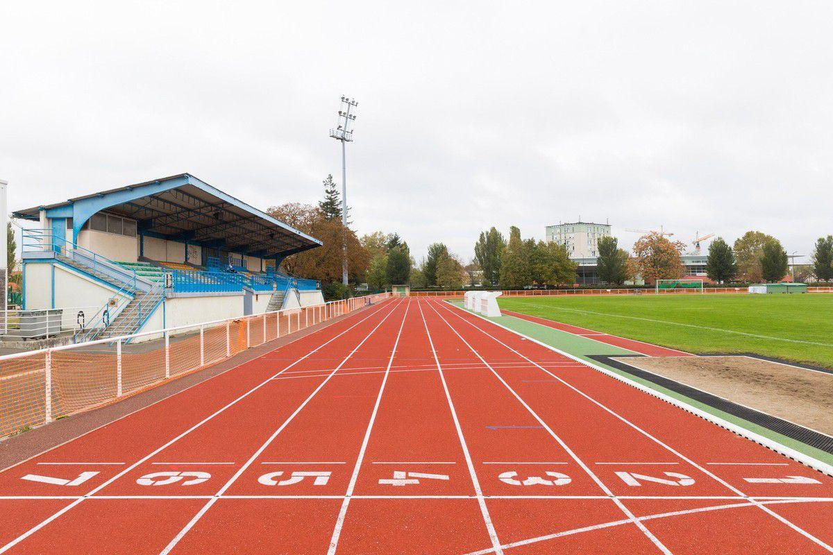Des professeurs de sport manifestent pour la réouverture des gymnases à Aulnay-sous-Bois
