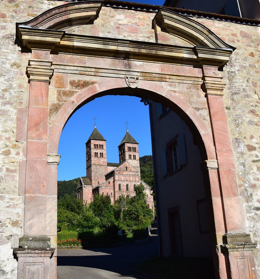 L'abbaye a changé de nom et se nomme maintenant église St Léger