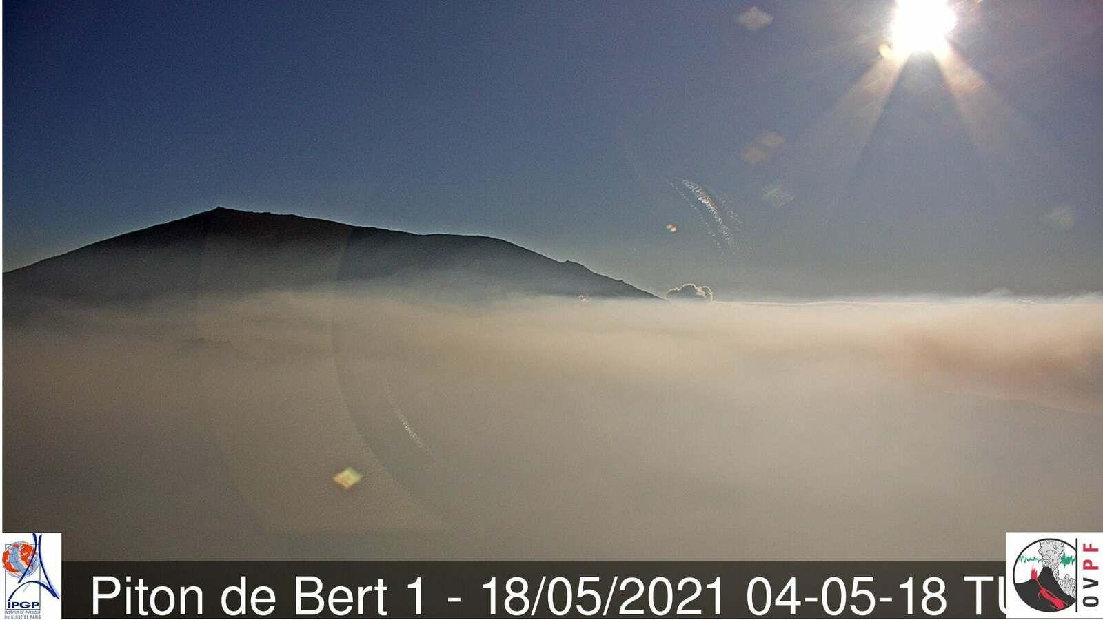 Piton de La Fournaise - 05/18/2021 / 04:05 TU- OVPF  webcam Piton de Bert