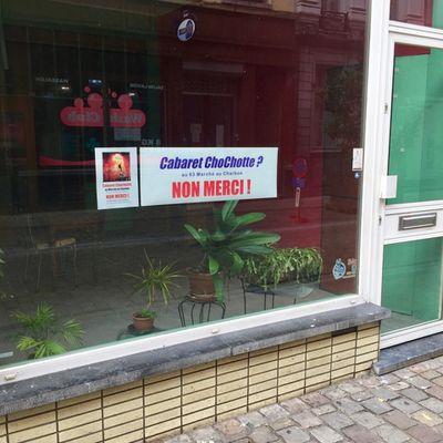 Dans un ancien magasin de chaussures situé rue Marché au Charbon, des entrepreneurs parisiens envisagent de monter un cabaret de danses érotiques. Réactions homophobes de certains habitants.
