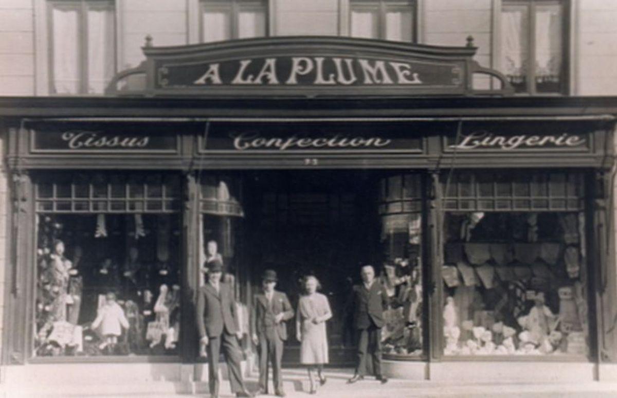 """""""A la plume"""", tissus, confection, lingerie, rue de Lille au n° 77. appartenant à M et Mme Georges Tyberghien-Blockel. Repris en 1949 par M. et Mme Georges Tyberghein-Wauquier (parents de Myriam) ce commerce réputé d'Halluin, fermera définitivement en 1985."""