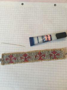 Je réalise un bracelet tissé avec des fleurs de lys !