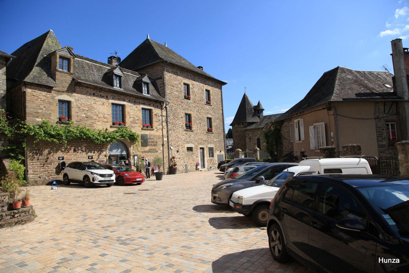 Uzerche, l'hôtel particulier Joyet de Maubec donnant sur la place des Vignerons