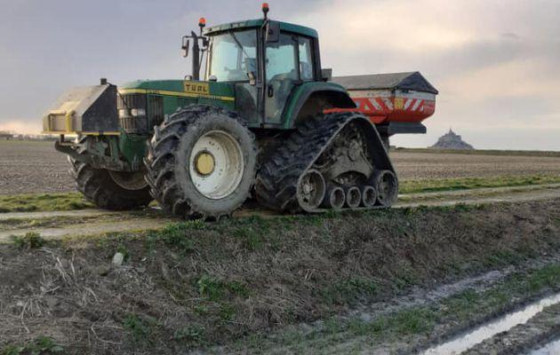 Épandage engrais à l'aide d'un tracteur sur chenilles