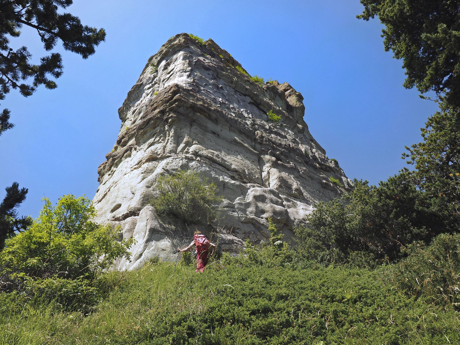 Retour sur la crête, sous l'énorme rocher du Caire. Attention à ne pas monter plus haut et penser à traverser à droite pour franchir le grand ravin à temps.