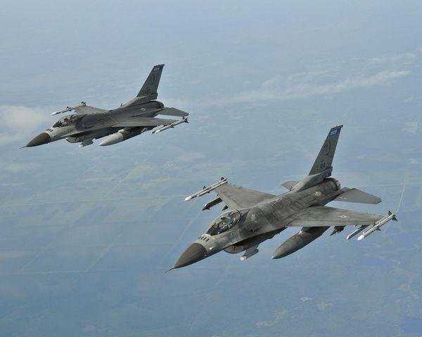 Deux F-16C de l'USAF escortent un avion de tourisme avant qu'il ne chute dans l'océan