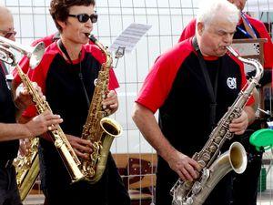Une joyeusen mais chenue - à quelques exceptions près - fanfare de jazz style New-Orleans;