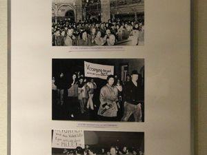 """Die das Buch ergänzende und noch bis zum 24. Oktober in der Bücherei ausgestellte Sonderschau """"Wir sind das Volk!"""" war vor einem Jahr im Geithainer zu sehen. Bürgerinnen und Bürger der Partnergemeinde Geithain waren bei den Ereignissen vor 25 Jahren dabei und haben mit Leihgaben zur Ausstellung beigetragen. Bernd Richter führte die Gäste durch die Ausstellung."""