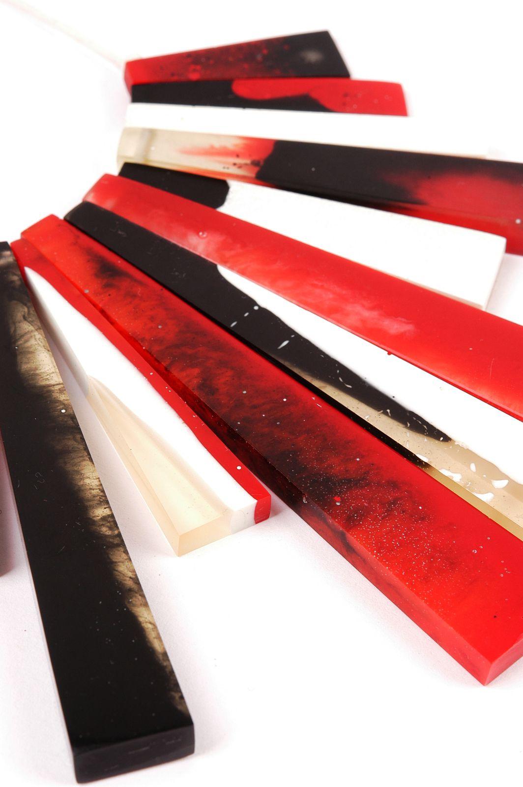 Kette mit rot-schwarz-weiß marmorierten Resin-Trapezen von Edna Mo