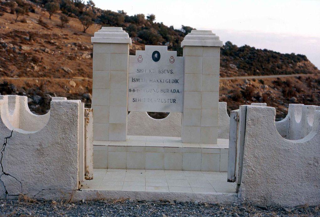 Sysklipos en 1998. Successivement : Vue vers la plaine - L'ancien moulin à huile - Une des calades du village - Le seul monument, à la mémoire d'un soldat turc...