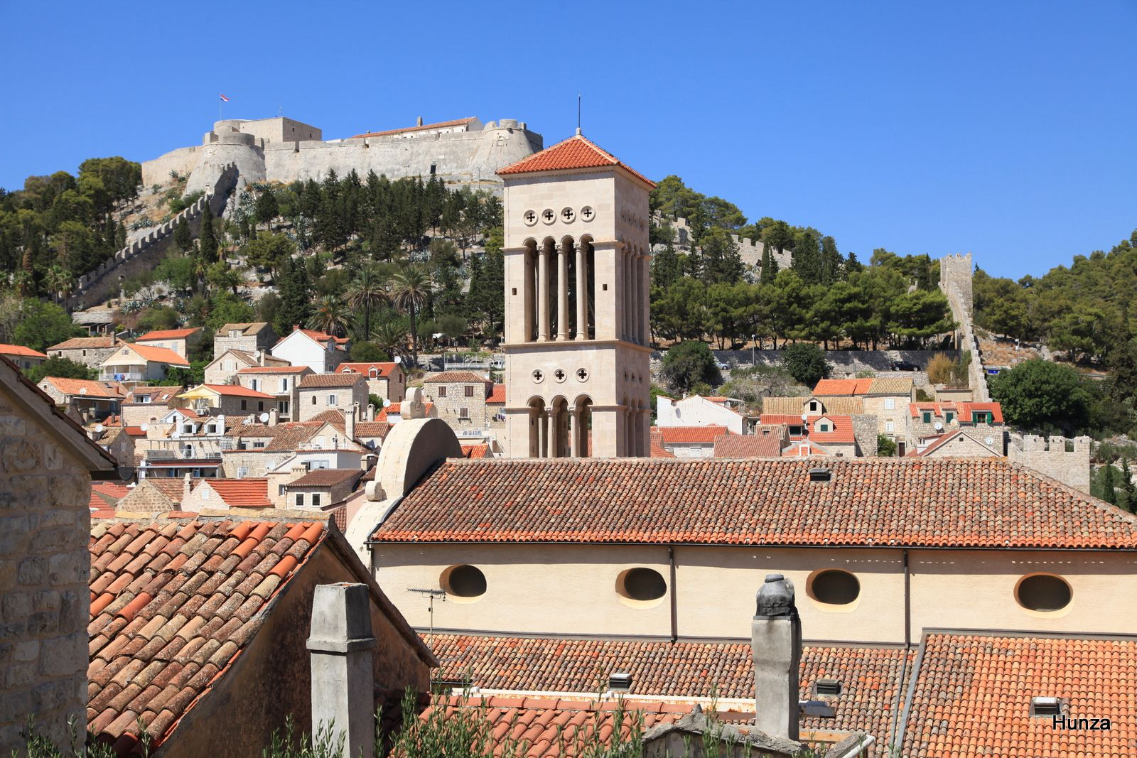 Hvar, le campanile de la cathédrale Saint-Etienne et, en arrière plan, la forteresse espagnole