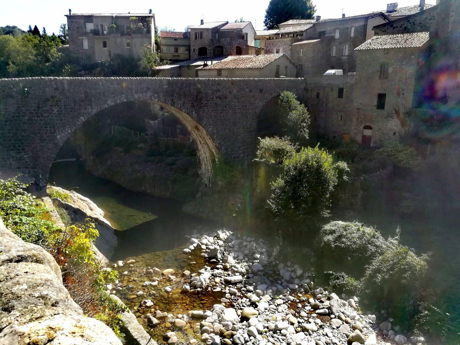 Ci-dessus, le pont de Chastelas.