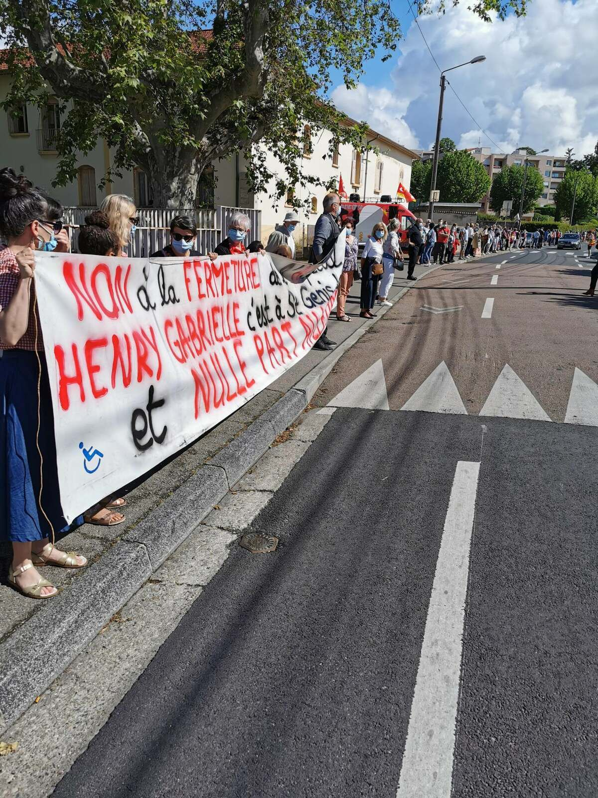 Très forte mobilisation citoyenne avec la chaîne humaine devant l'hôpital Henry Gabrielle