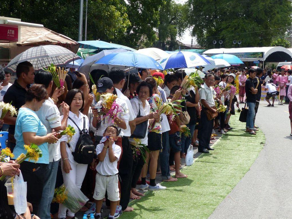 L'attente est longue... toutes générations confondues ! (la procession ne démarre qu'à 9h et n'arrivera jusqu'à nous qu'à 11h...)