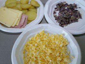 2 - Une fois les pommes de terre cuites, les laisser tiédir, les éplucher et les découper en fines rondelles d'épaisseur régulière. Détailler chaque tranche de jambon en 3 bandes rectangulaires. Couper les tranches de fromage en 2. Ecaler les oeufs durs et les passer au mixeur. Tous vos ingrédients sont maintenant prêts pour garnir votre pâte.