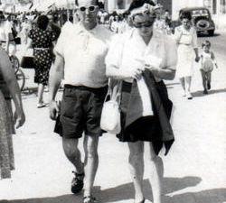Ma mère adorait jouer au tenis - Avec mes parents et la Tata de Dol - Mon père a transmis à ma mère le virus der la pêche - En vacances Eté 1950.