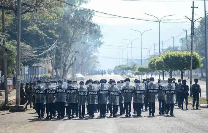La police birmane à Mawlamyine, le 12 février 2021. — STR / AFP