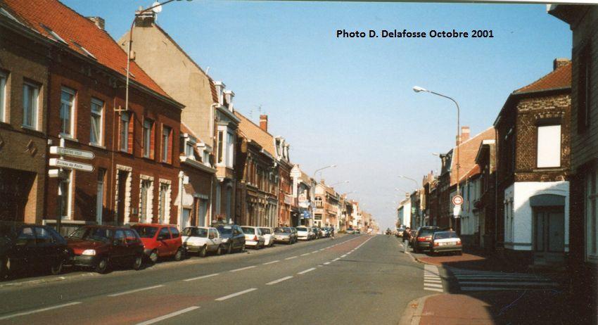 """A droite : Ancien commerce alimentaire surnommé """"Merguez fraîche"""" tenu par M. et Mme Charles Vanderhaeghe- Callewaert à l'angle des rues de Lille et Pasteur Halluin - Octobre 2001."""
