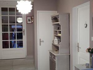 Les murs sont de couleur taupe, les portes et les poutres sont de couleur blanche